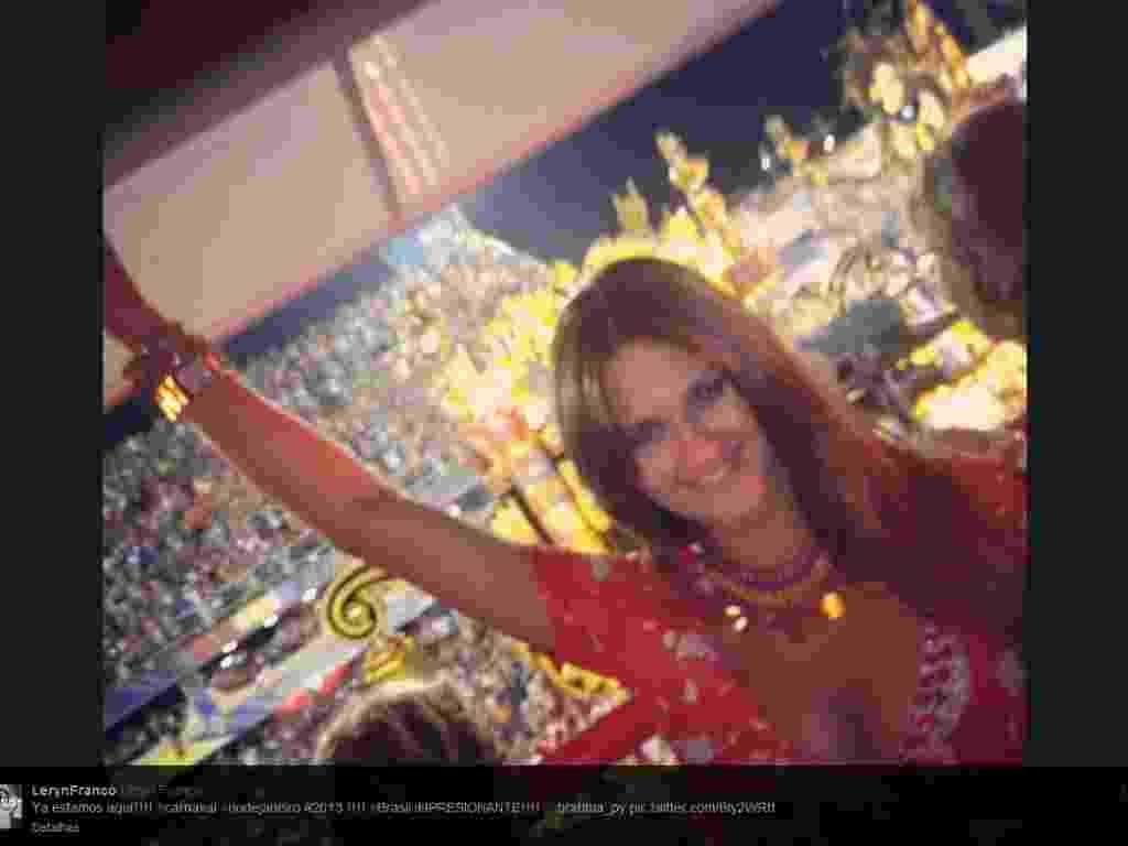 17.fev.2013 - Leryn Franco, musa do arremesso de dardo, curte o desfile das campeãs do Rio de Janeiro em camarote - Reprodução/Twitter