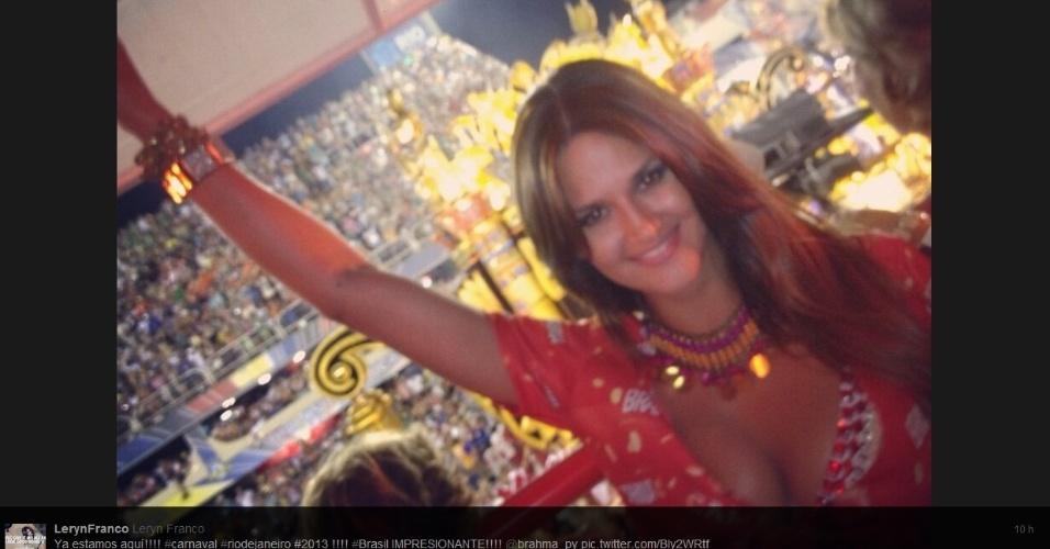 17.fev.2013 - Leryn Franco, musa do arremesso de dardo, curte o desfile das campeãs do Rio de Janeiro em camarote