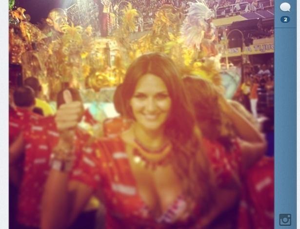 17.fev.2013 - Leryn Franco, paraguaia do arremesso de dardo, aproveita o desfile das campeãs do Carnaval carioca
