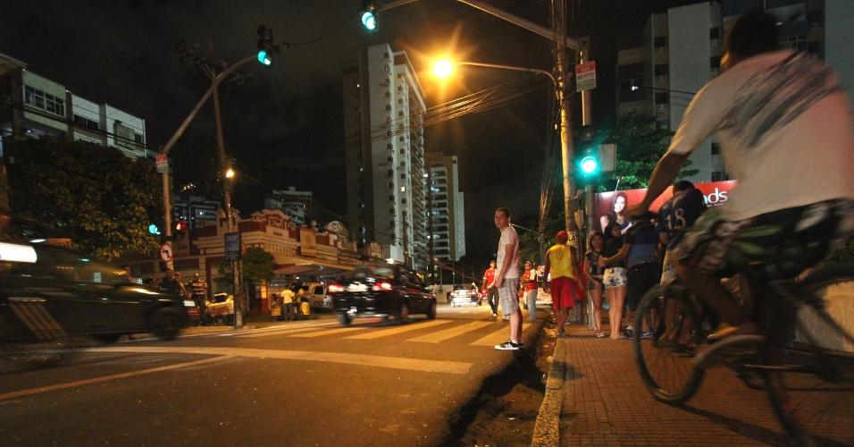 17.fev.2013 - Local onde um torcedor do Náutico, identificado apenas como Lucas, 17, foi baleado na cabeça em confronto entre torcidas antes do jogo entre Náutico e Central, em frente ao estádio Eládio de Barros Carvalho, no Recife