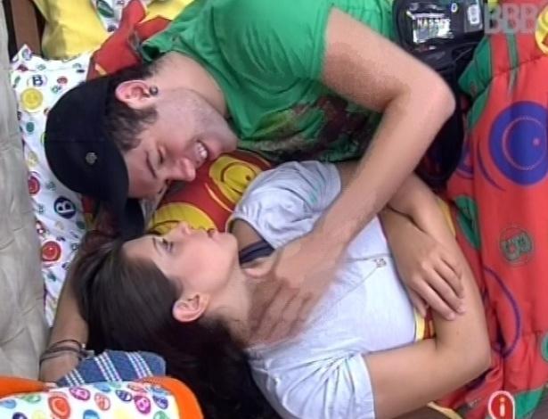 17.fev.2013 - Nasser deita com Andressa e faz carinho na sister nesta manhã, enquanto aguardam a prova da comida