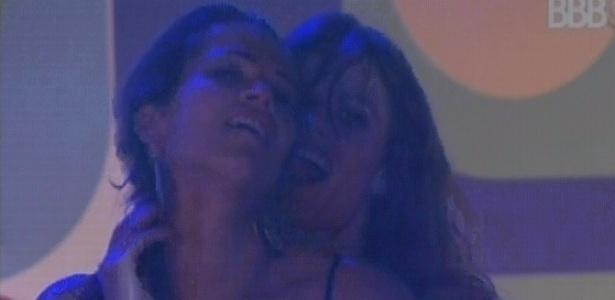 17.fev.2013 - Natália e Fani sensualizam juntas na festa Disco