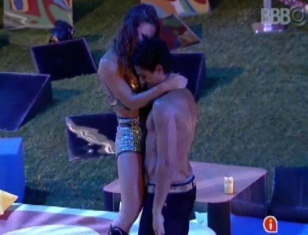 17.fev.2013 - Natália sensualiza com André durante a festa Disco