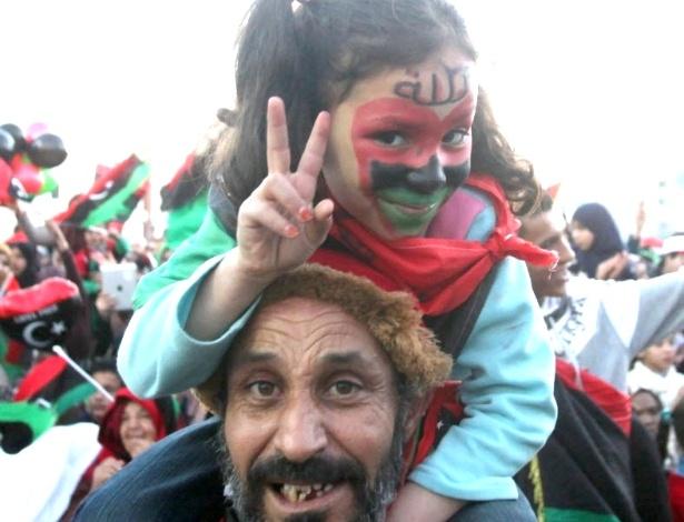 17.fev.2013 - Pai carrega filha nos ombros durante celebrações, em Tripoli (Líbia), pelos dois anos da revolução que resultou na deposição do ditador Muammar Gaddafi