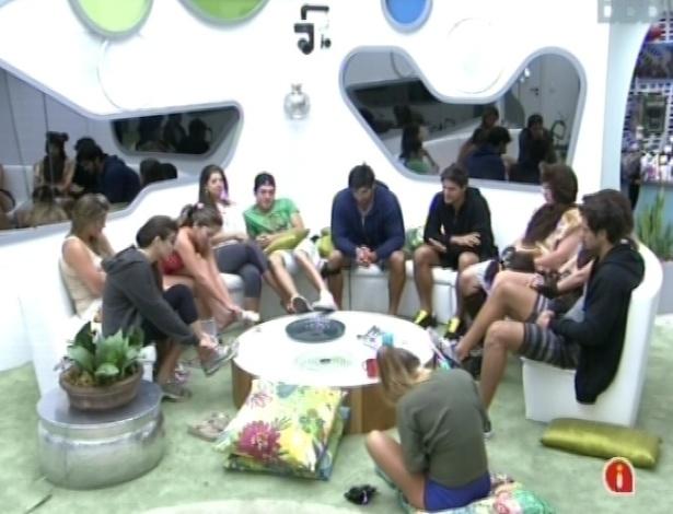 """17.fev.2013 - Participantes do """"BBB13"""" esperam na sala a chamada para a realização da prova da comida"""