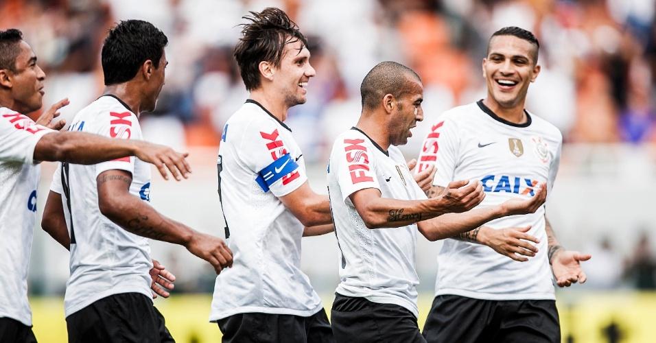 17.fev.2013- Emerson Sheik e jogadores do Corinthians imitam comemoração clássica de Bebeto na Copa de 94 após gol do atacante