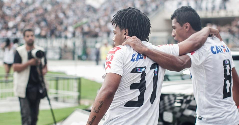 17.fev.2013- Romarinho abraça Paulinho após marcar gol de empate para o Corinthians no Pacaembu