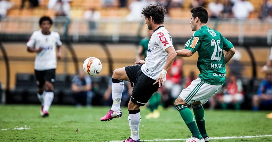 17.fev.2013- Sob marcação de Marvelo Oliveira, Alexandre Pato domina a bola para tentar jogada para o Corinthians no Pacaembu