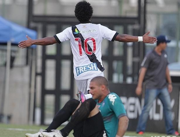 Carlos Alberto celebra segundo gol do Vasco na vitória contra o Audax