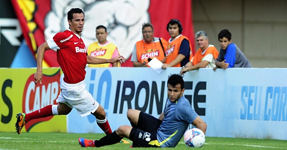 Centroavante Leandro Damião arrisca finalização em jogo Cruzeiro-RS x Inter (17/02/13)