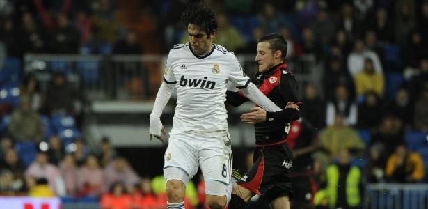 Kaká, que foi aplaudido pelos torcedores do Real Madrid, sofre o combate de adversário