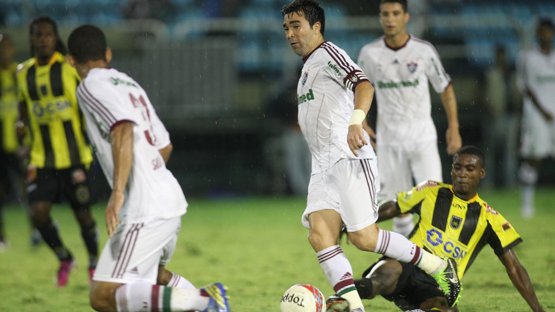Deco passa por adversário do Volta Redonda e tenta passe em vitória do Fluminense no Carioca
