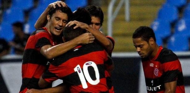 """Jogadores do Flamengo comemoram o """"gol do título"""" marcado por Hernane no domingo"""