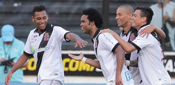 Jogadores cumprimentam Carlos Alberto após segundo gol do Vasco no jogo