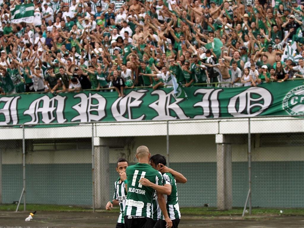 Jogadores do Coritiba comemoram gol na vitória sobre o Rio Branco