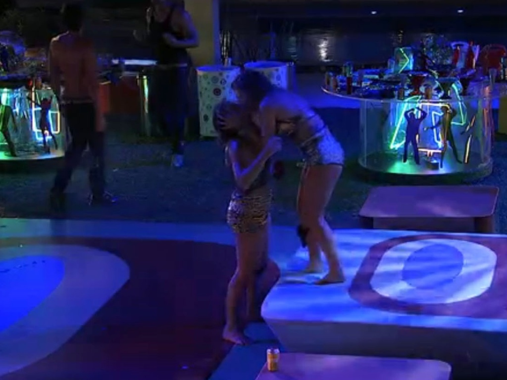 Natália beija Fani na pista de dança