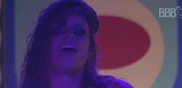 Natália sensualiza para Fani durante a festa Disco na madrugada deste domingo (17)
