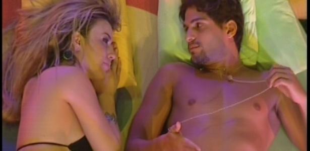 Preocupada com paredão, Fernanda pede conselhos a André durante a festa Disco