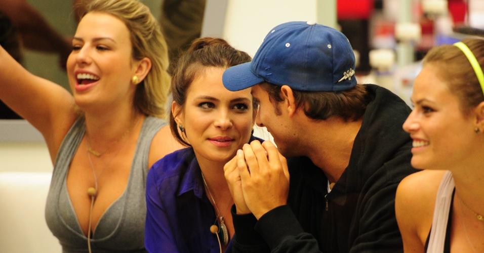 14.fev.2013 - Kamilla e Eliéser aguardam a realização da prova do líder