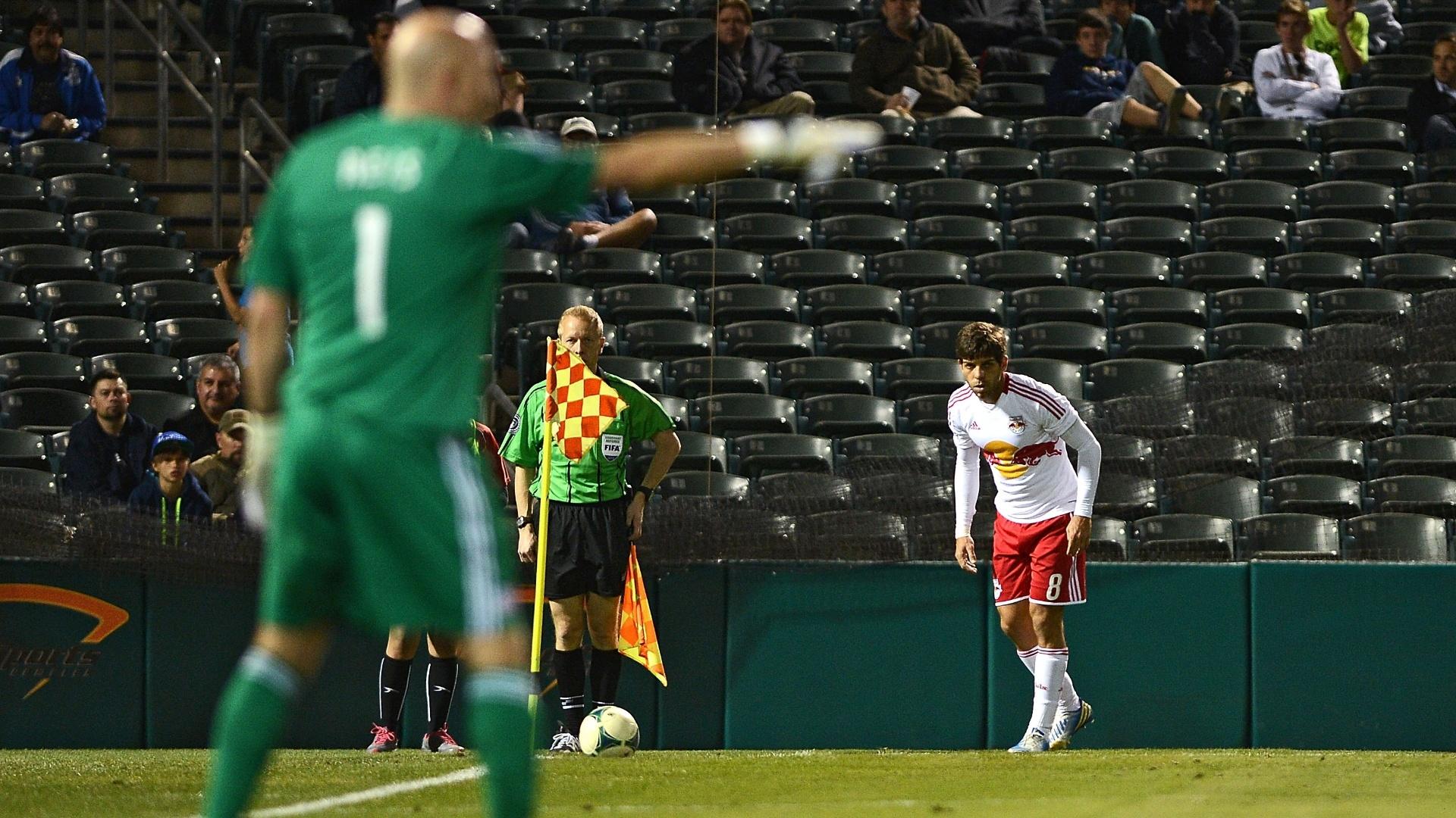 16.fev.2013 - Juninho Pernambucano, do New York Red Bulls, se prepara para cobrar escanteio contra o New England Revolution, na pré-temporada da MLS