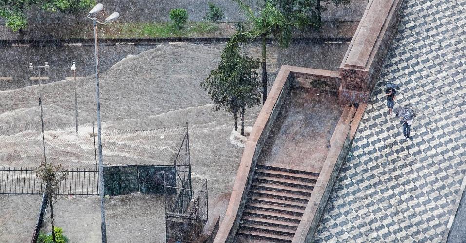 18.fev.2013 - Alagamento na avenida Nove de Julho, na região central de São Paulo, durante a forte chuva que atingiu a cidade nesta segunda-feira (18). O temporal também provocou a queda de diversas árvores na capital