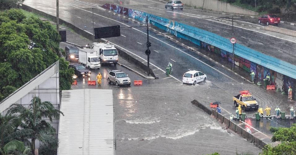 18.fev.2013 - Alagamento no encontro das avenidas Nove de Julho e 23 de Maio, próximo ao terminal Bandeira, na região central de São Paulo, nesta segunda-feira (18). A forte chuva que atingiu a cidade também provocou a queda de diversas árvores