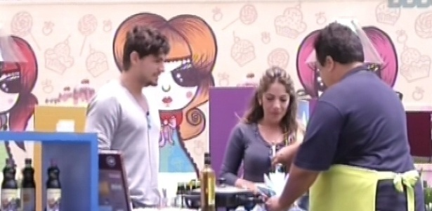 18.fev.2013 - André e Anamara fazem as compras no mercadinho para a casa grande