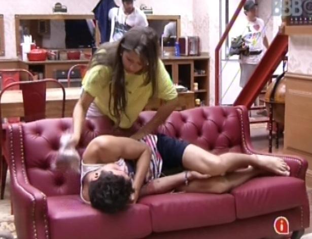 18.fev.2013 - Andressa faz carinho em Nasser no sofá na xepa após compras no mercadinho