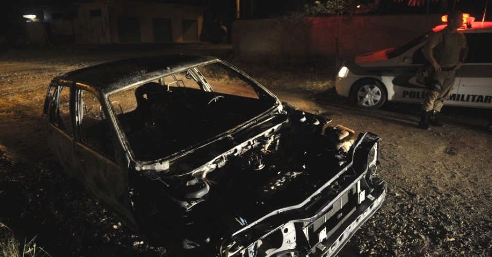 18.fev.2013 - Carro foi encontrado abandonado e queimado em terreno baldio em Joinville (SC). O veículo havia sido  furtado pela manhã