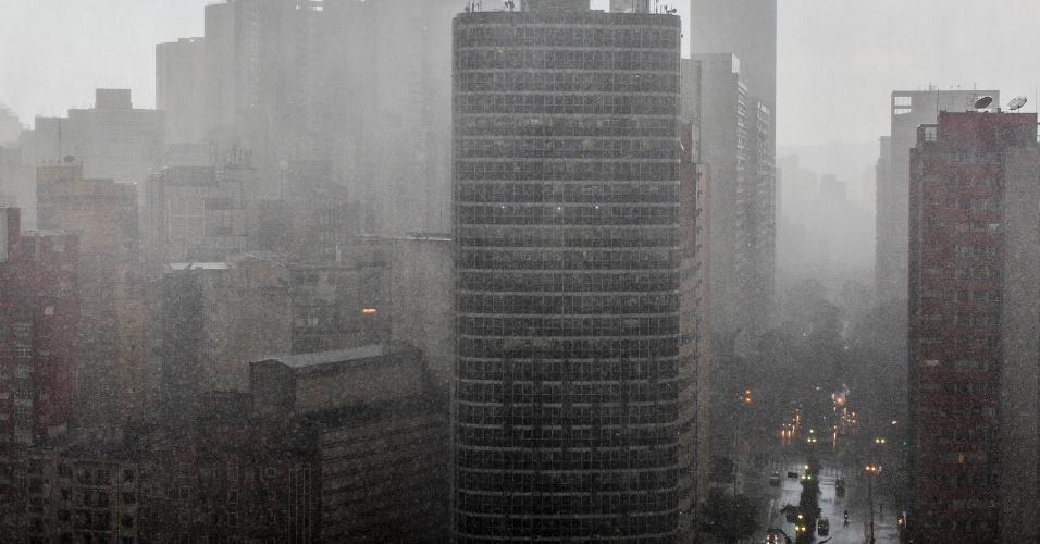 18.fev.2013 - Chuva forte atinge o centro de São Paulo nesta segunda-feira (18). O temporal causou alagamentos e provocou a queda de árvores na capital