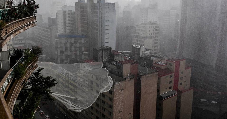 18.fev.2013 - Ventania balança a tela de proteção do edifício Viadutos, na Bela Vista, região central de São Paulo, durante a forte chuva desta segunda-feira (18). O temporal causou alagamentos e provocou a queda de árvores na capital