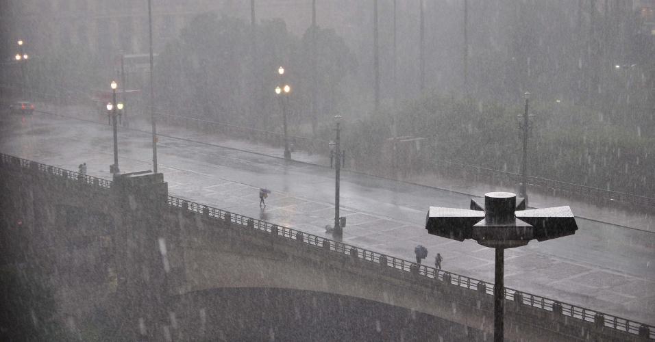 18.fev.2013 - Chuva forte atinge o viaduto do Chá, no vale do Anhangabaú, região central de São Paulo, nesta segunda-feira (18). A chuva chegou a alagar o túnel Max Feffer, no cruzamento das avenidas Brigadeiro Faria Lima e Cidade Jardim