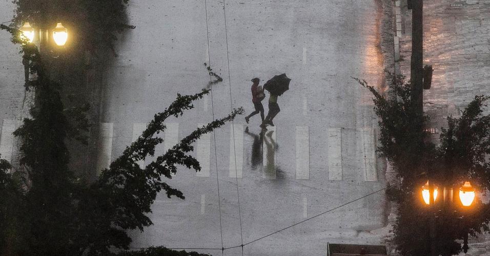 18.fev.2013 - Chuva forte e ventania atingem o centro de São Paulo nesta segunda-feira (18). O temporal causou alagamentos e provocou a queda de árvores na capital