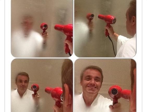 """18.fev.2013 -  Como de praxe, o apresentador Gugu Liberato começou o dia dando dicas sobre sua rotina. Desta vez, ele ensinou a desembaçar o espelho do banheiro. """"É só esquentá-lo com um secador de cabelos. Funciona que é uma maravilha!"""", escreveu"""