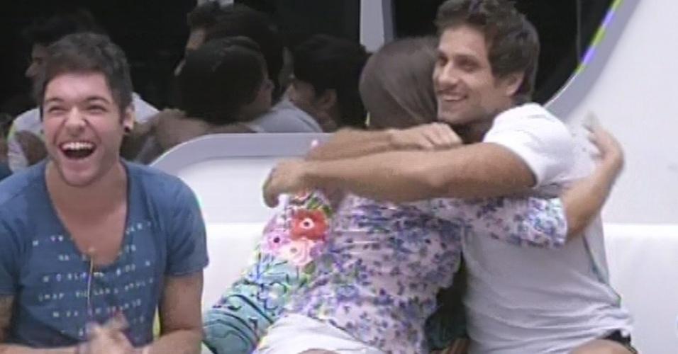 18.fev.2013 - Eliéser abraça Andressa após sister ganhar o jogo da discórdia e dar o poder do