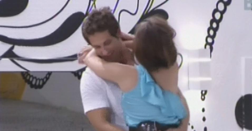 18.fev.2013 - Eliéser e Kamilla se abraçam depois de passar o dia brigados