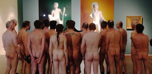 18.fev.2013 - Espectadores pelados comparecem a exposição sobre nudez na Áustria - Heinz-Peter Bader / Reuters