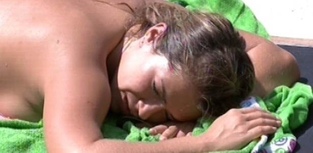 18.fev.2013 - Fani toma sol de costas enquanto conversa com Fernanda sobre relacionamentos
