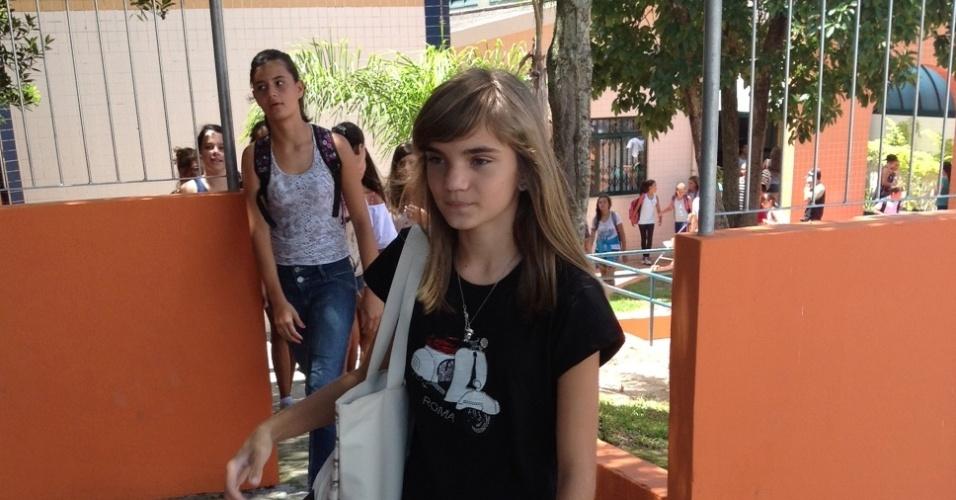 18.fev.2013 - Isadora Faber volta à escola após ameaça de morte pelo Facebook