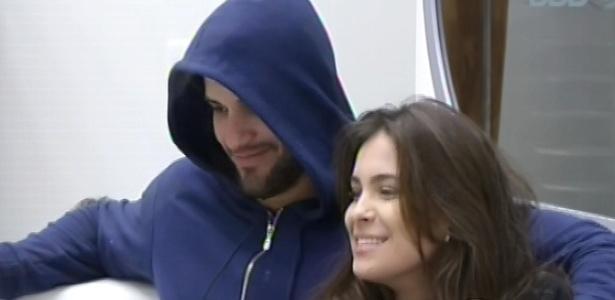 18.fev.2013 - Kamilla, emparedade, senta ao lado de Marcello nesta manhã e pede para o público deixar ela na casa