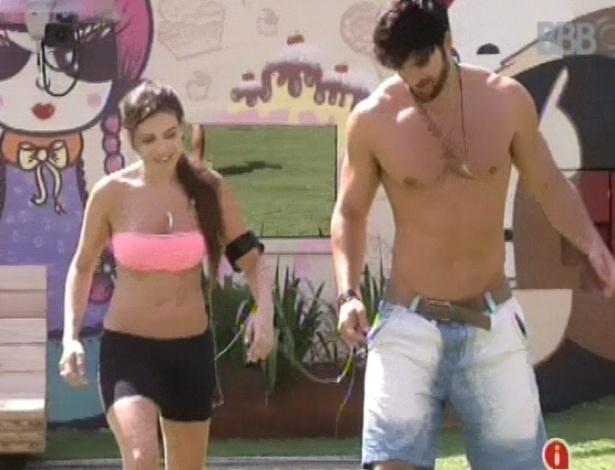 18.fev.2013 - Marcello entra no jogo e chuta a bola de meia junto com Kamilla e Fernanda