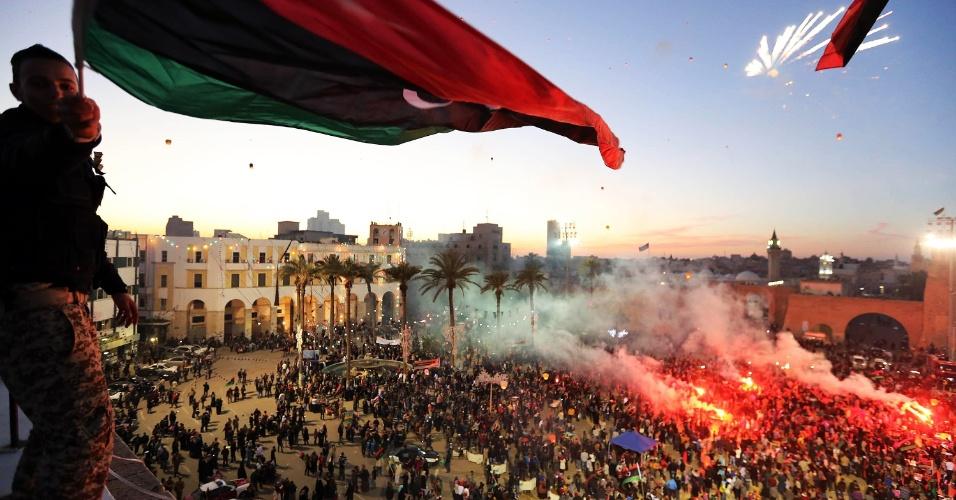 18.fev.2013 - Milhares de líbios comemoram o segundo aniversário da revolta popular que derrubou em 2011 o regime de Muammar Gaddafi, em Trípoli, no domingo (17)