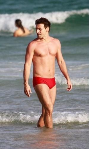 18.fev.2013 - Murilo Rosa curtiu praia na Barra da Tijuca, zona oeste do Rio. O ator se divertiu acompanhado do filho, Lucas, do relacionamento com o modelo Fernanda Tavares. O casal é pai também de Artur