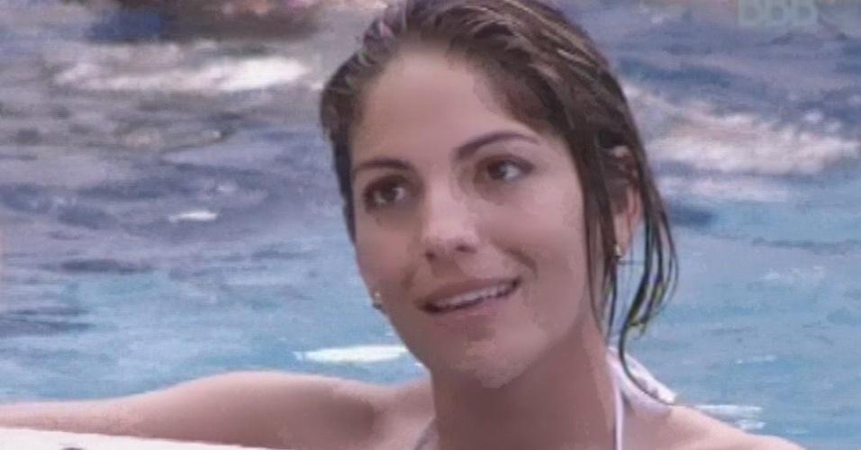 18.fev.2013 - Na piscina, Anamara conversa sobre sentimentos com Fani