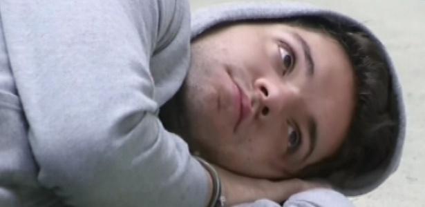 18.fev.2013 - Nasser deita no chão da sala nesta manhã e conversa com Marcello sobre músicas