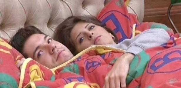18.fev.2013 - Nasser e Andressa deitam juntos para dormir um pouco antes das compras no mercadinho