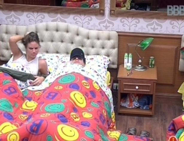 18.fev.2013 - Natália e Ivan conversam sobre compras que eles devem fazer na xepa nesta manhã