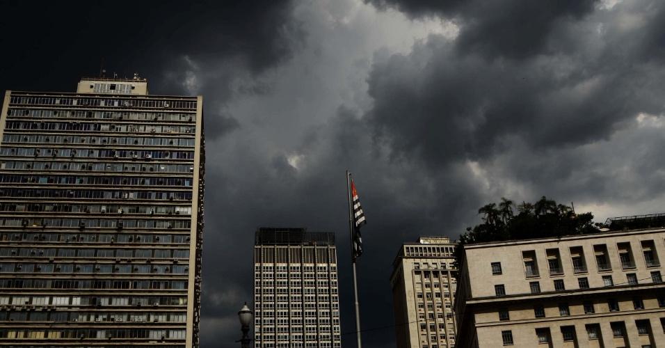 18.fev.2013 - Nuvens carregadas cobrem o céu do centro de São Paulo nesta segunda-feira (18)