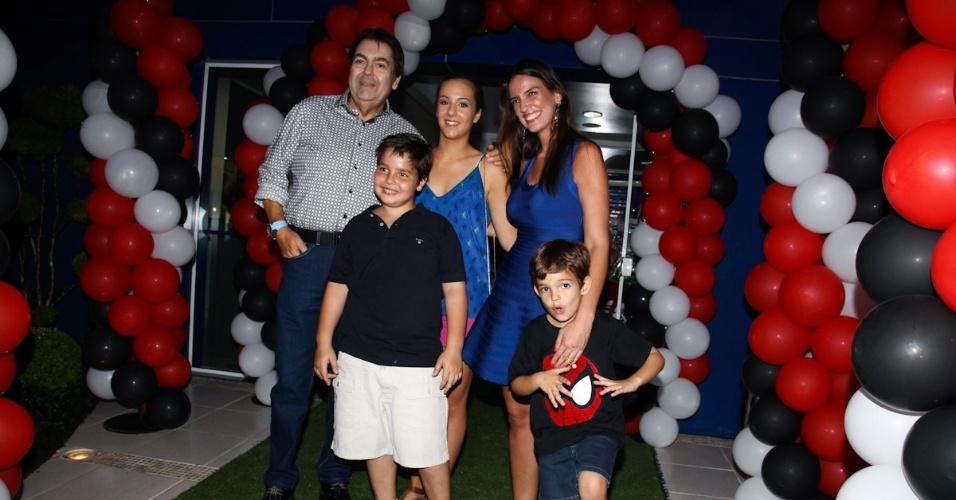18.fev.2013 - O apresentador Fausto Silva celebrou os nove anos do filho João Guilherme com festa em São Paulo. Luciana Cardoso, mulher de Fausto, e os filhos Rodrigo e Lara também prestigiaram o evento