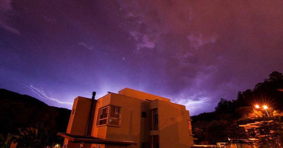 18.fev.2013 - Raios são vistos no céu em Florianópolis, após dia quente na capital catarinense